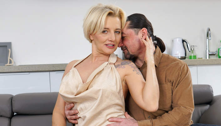 Sexy Short-Haired GILF Maria Jamma Fucked By Leslie Taylor